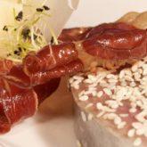Minute de thon en croûte de sésame, jambon de Bayonne et Ossau-Iraty