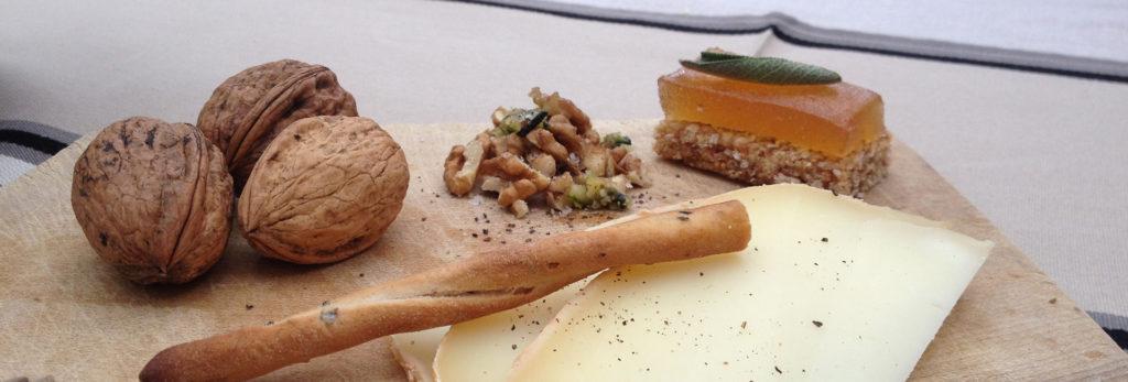 Ossau-Iraty et pâte de coings maison, crumble salé de noix