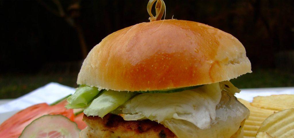 Hamburger au poulet et à l'Ossau-Iraty