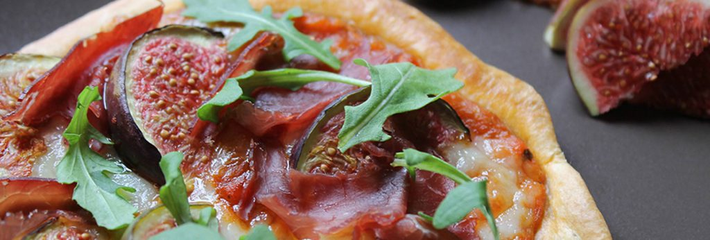Pizza figues jambon du pays et fromage de brebis Ossau-Iraty
