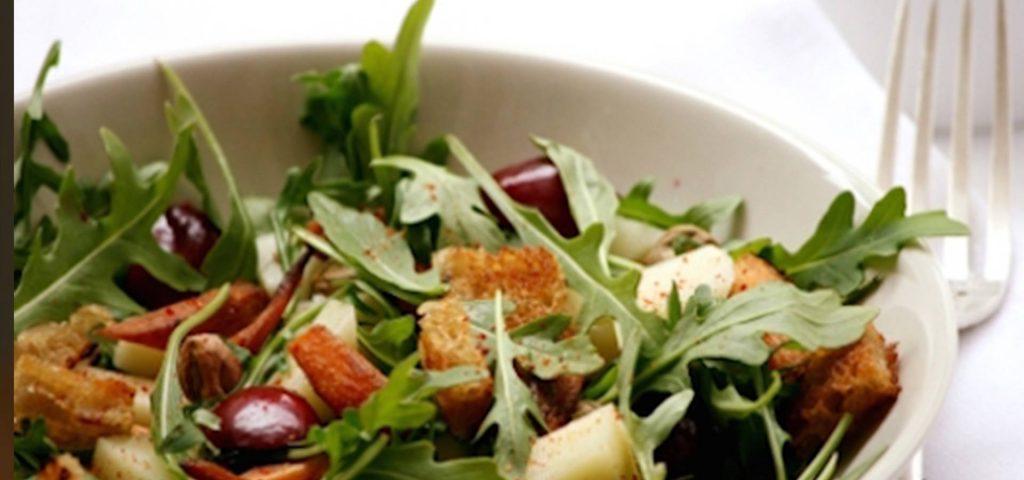 Salade de roquette, carottes confites et cerises à l'Ossau-Iraty