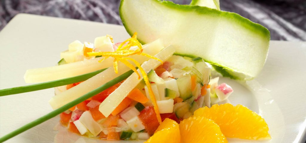 Tartare de jeunes légumes croquants, bâtonnets de fromage de brebis ossau iraty et quartiers d'orange