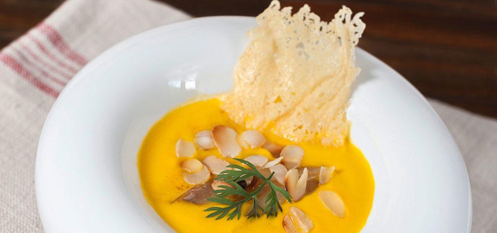 Velouté de carottes et d'échalotes aux amandes tuile à l'ossau-iraty