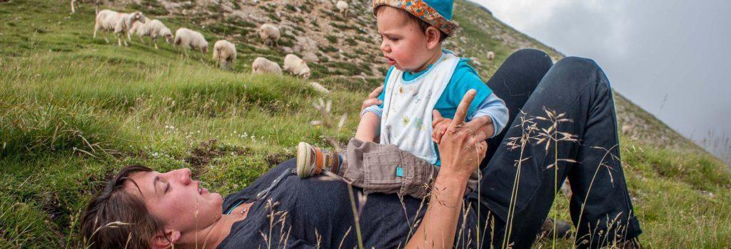 Une bergère et son fils allongés dans la montagne